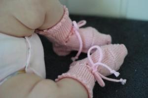 Strikkemaskinoppskrift på sokker i størrelse 0 mnd – 3 år